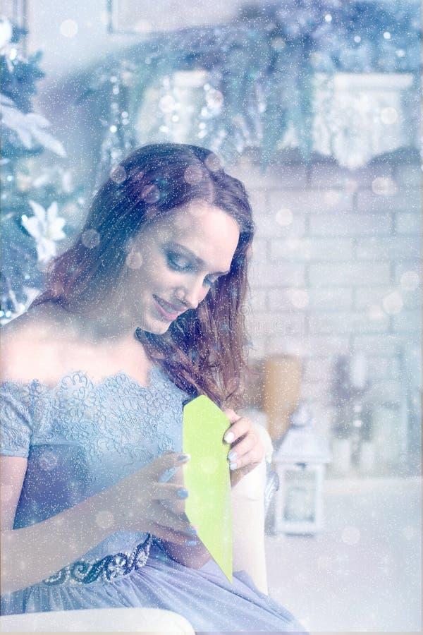 Flickan öppnar ett grönt kuvert royaltyfria bilder