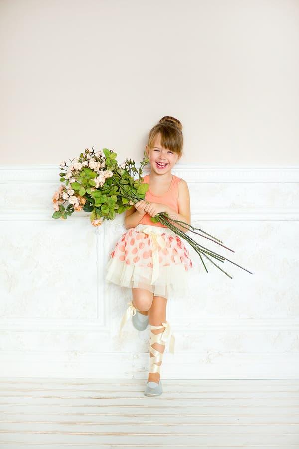 Flickan ballerina med blommor arkivfoto