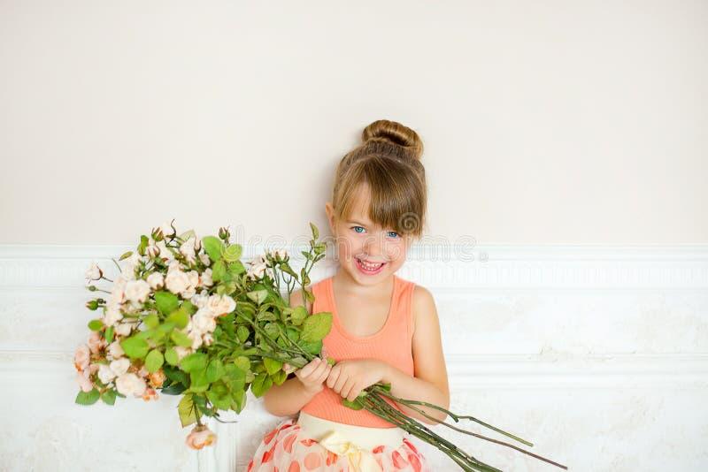 Flickan ballerina med blommor arkivbilder