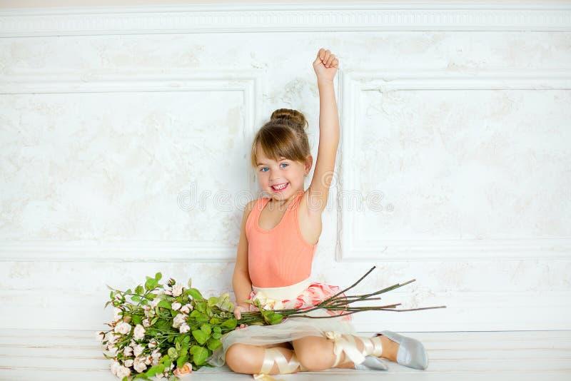 Flickan ballerina med blommor royaltyfria bilder