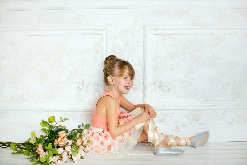 Flickan ballerina med blommor arkivfoton