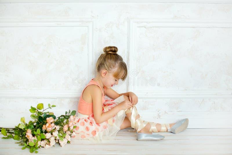 Flickan ballerina med blommor fotografering för bildbyråer