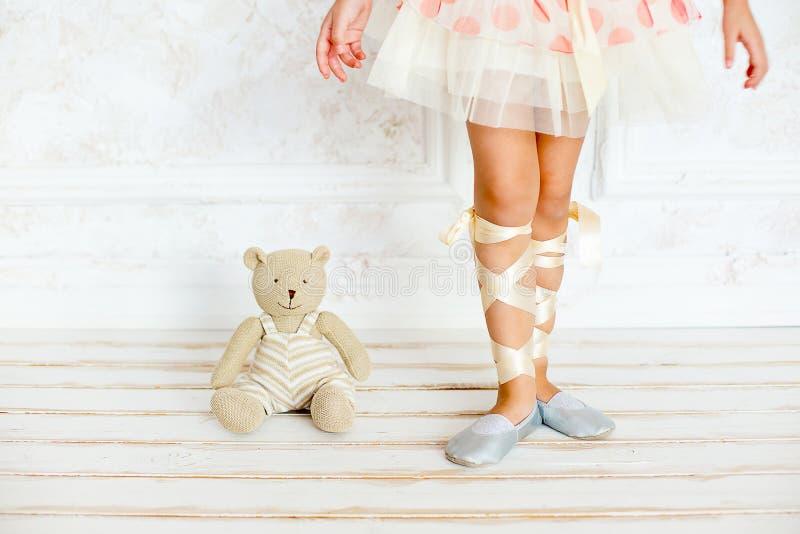 Flickan ballerina med en nallebjörn arkivfoton