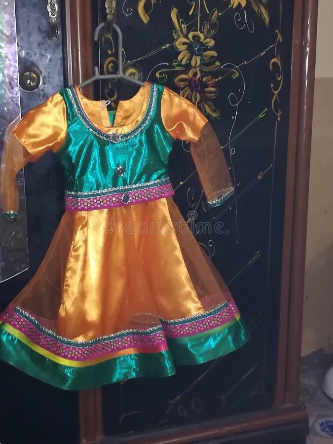 Flickan behandla som ett barn klänningdesigner royaltyfria foton