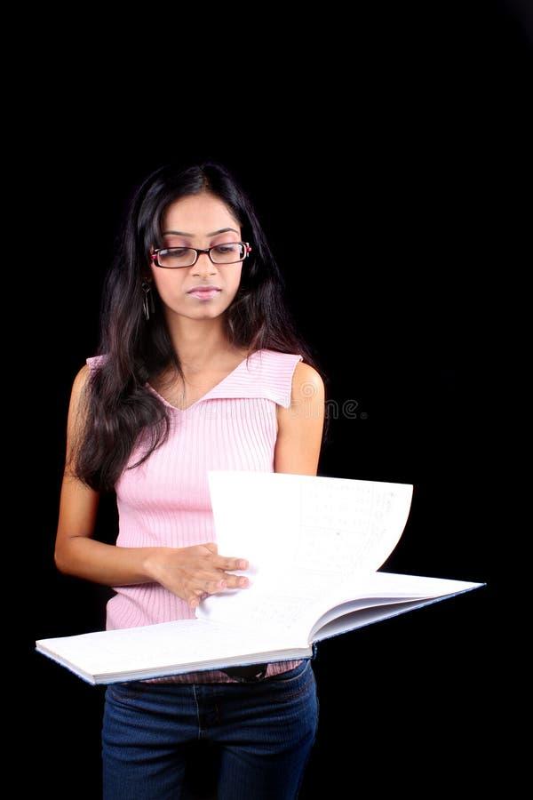 flickan bemärker avläsning royaltyfri fotografi