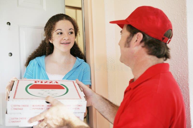flickan beställer teen pizza royaltyfri foto