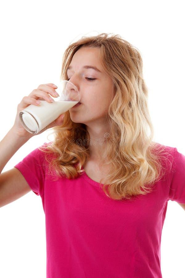 Flickan dricker mjölkar royaltyfri bild