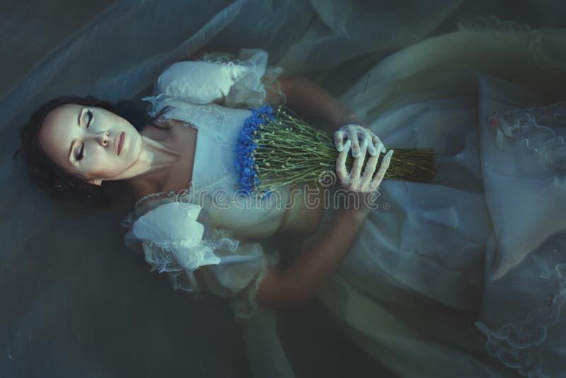 Flickan drunknas under vatten arkivfoto