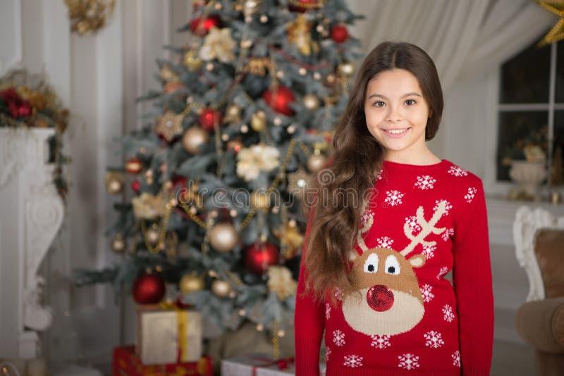 Flickan för det lilla barnet gillar xmas-gåva lyckligt nytt år liten lycklig flicka på jul Jul Ungen tycker om ferien arkivfoto