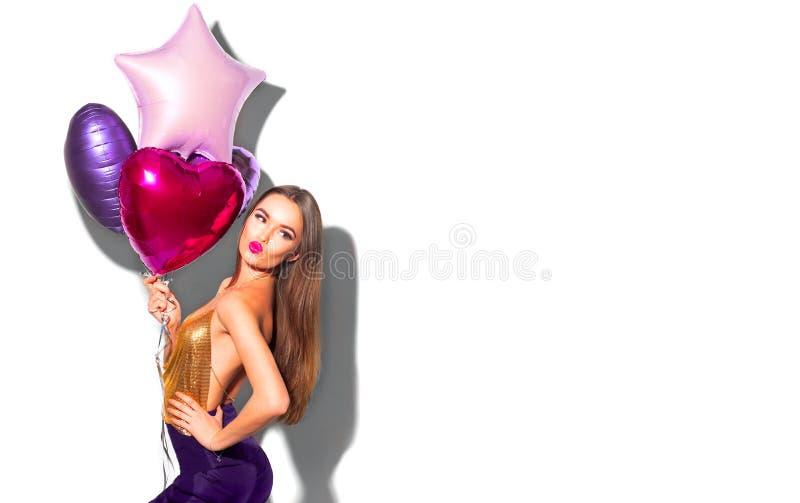 Flickan för partiet för skönhetmodemodellen med rosa hjärta formade att posera för luftballonger Härlig ung brunettkvinnastående arkivbild