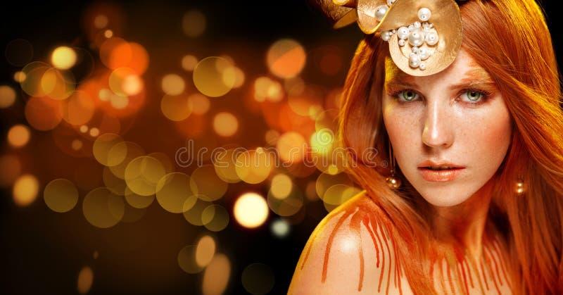 Flickan för skönhetmodemodellen med guld- makeup, guld- hud utgör, royaltyfria foton