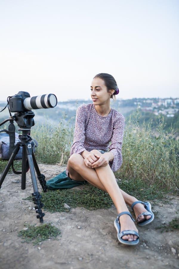 Flickan förbereder sig för en fotofors royaltyfria bilder