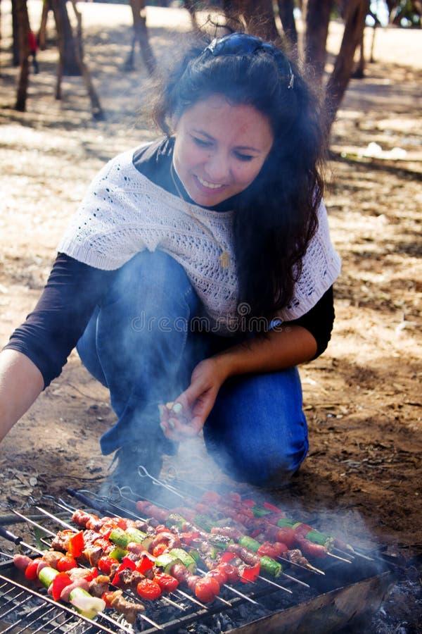 Flickan förbereder steknålar royaltyfri bild