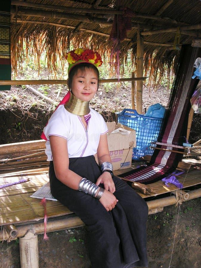 Flickan från den långa halsKaren Tribe byn Thailand med handcrafts royaltyfri fotografi