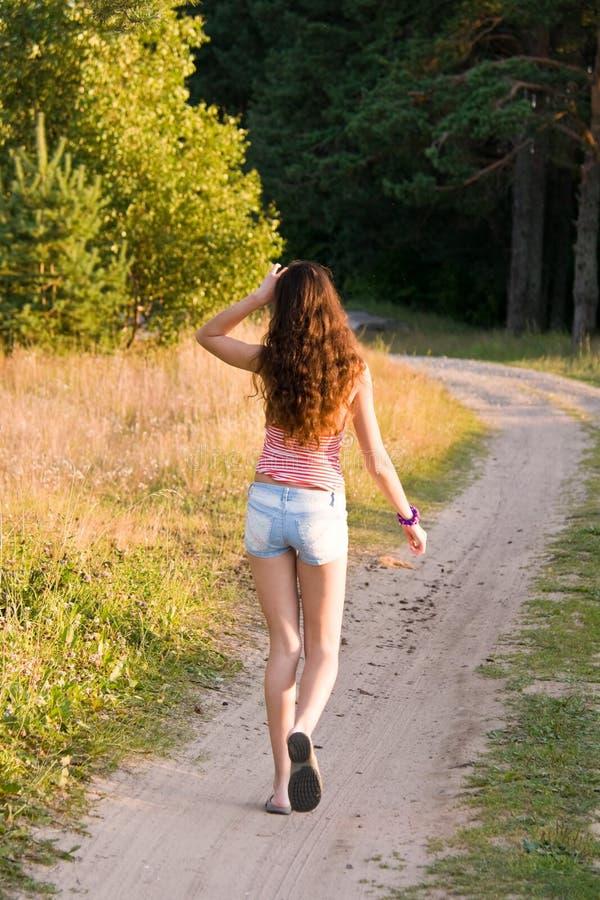 flickan går arkivfoto