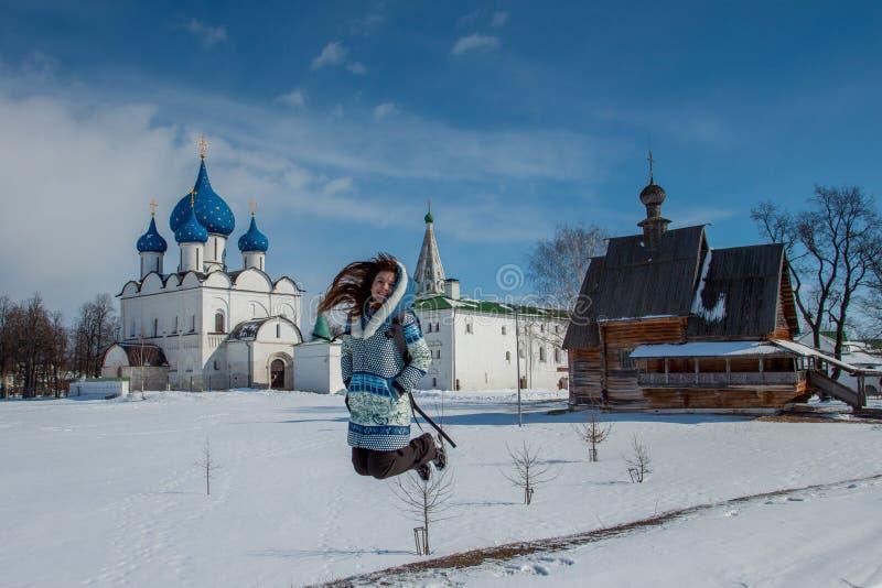 Flickan går i vinter i ett härligt ställe arkivbilder