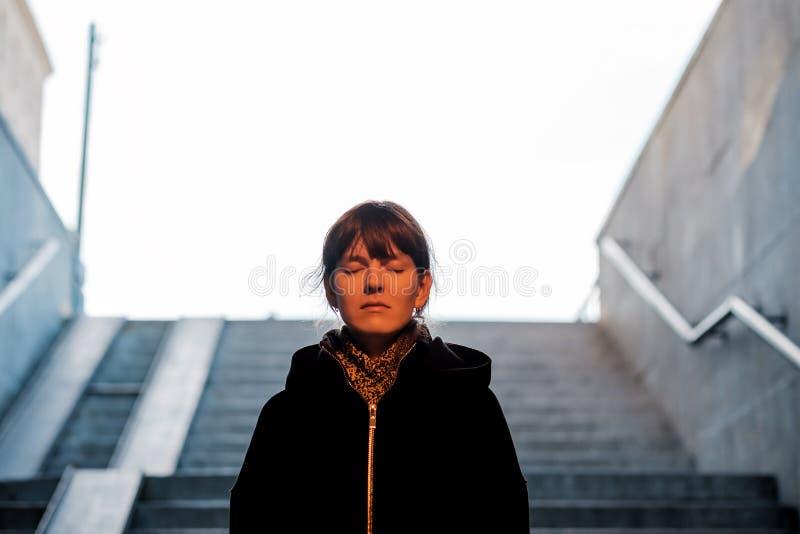Flickan går ner trappan i gångtunnelen Hon är rädd till royaltyfria bilder