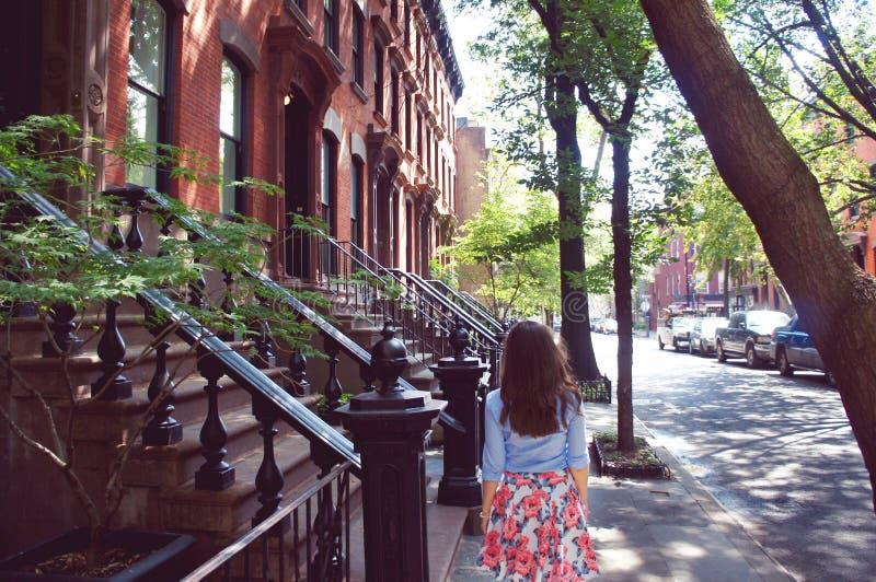 Flickan går på den Greenwich byn royaltyfri bild