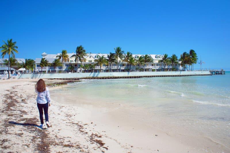 Flickan går på den soliga södra stranden av Key West nära Atlantic Ocean fotografering för bildbyråer