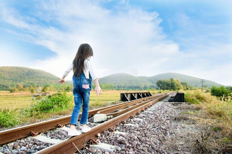 Flickan går på järnvägen royaltyfri fotografi