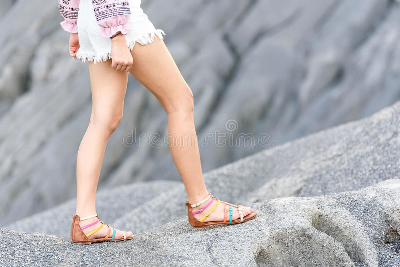 Flickan går på kullen arkivbild