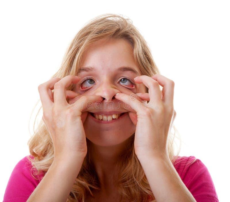 Flickan gör den roliga framsidan i closeup arkivfoton