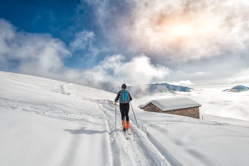 flickan gör för att skida bergsbestigning royaltyfri foto
