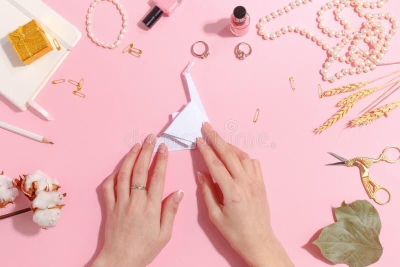 Flickan gör pappers- kranorigami Top beskådar arkivbilder