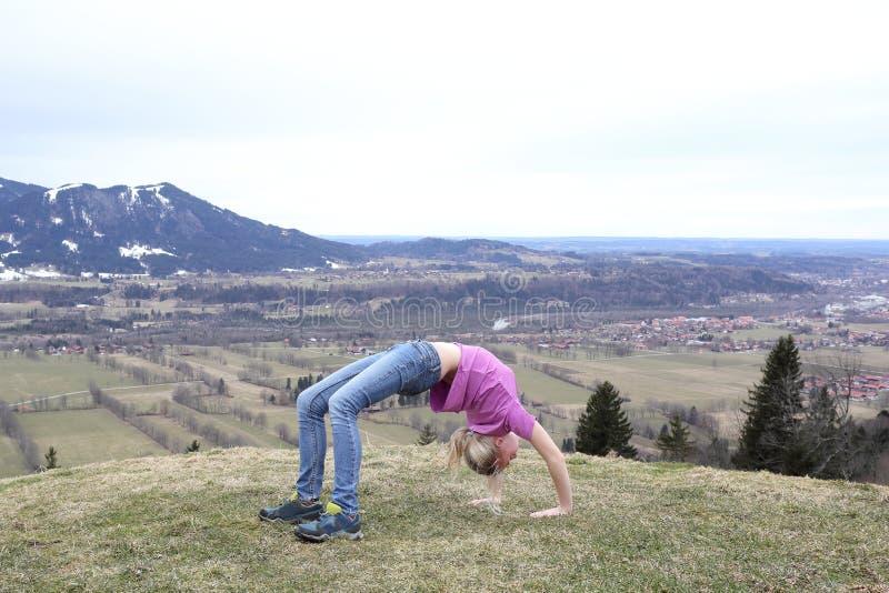 Flickan gör sportövningar royaltyfria bilder