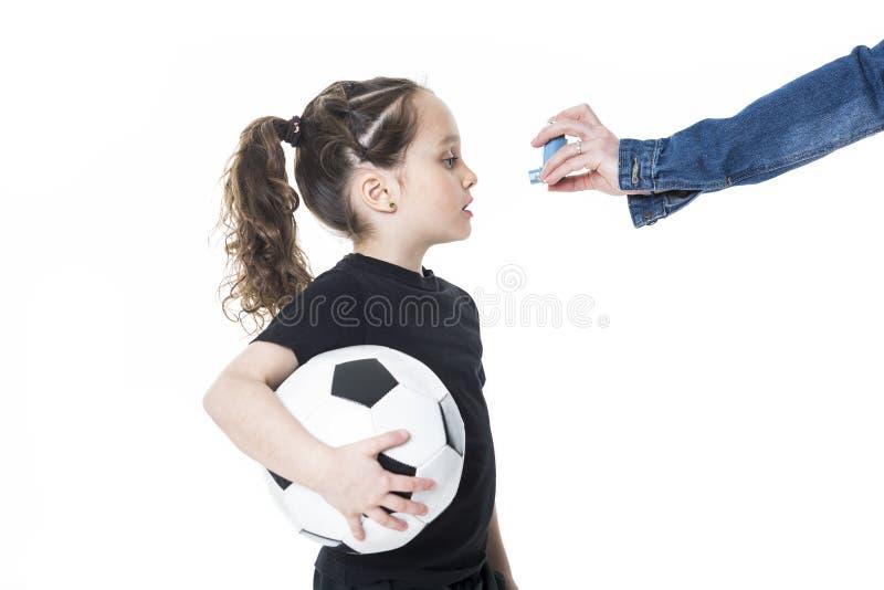 Flickan 6 gamla år inhalerar på en vit bakgrund royaltyfri foto