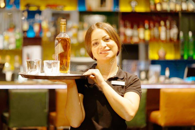 Dating en bartender flicka dejting och svårigheter fantasifulla