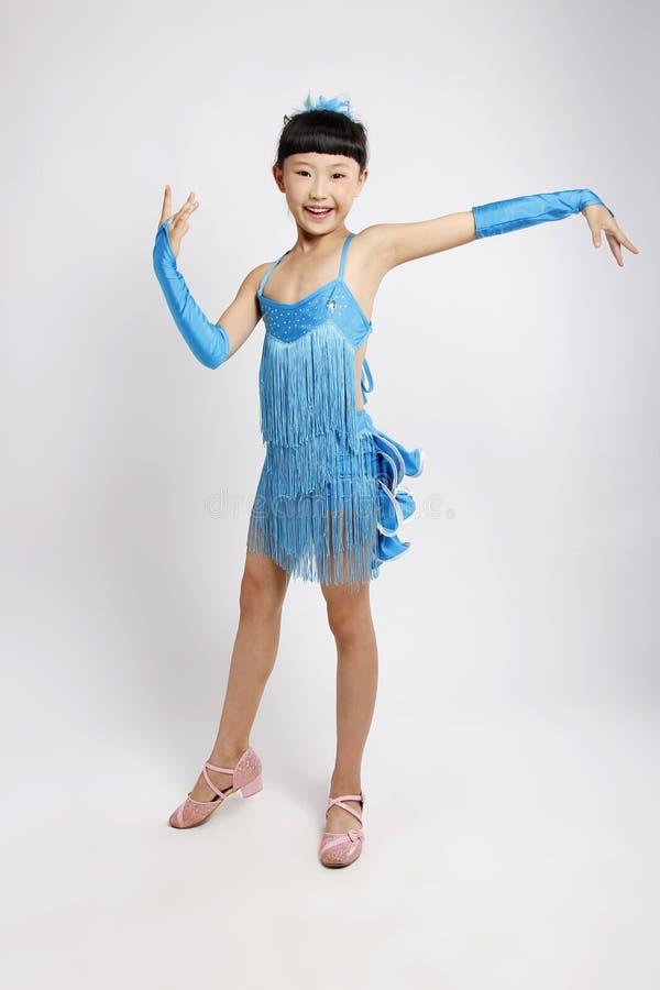Flickan gillar att dansa latinsk dans royaltyfri fotografi