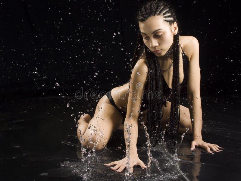 flickan gnistar vatten royaltyfri bild