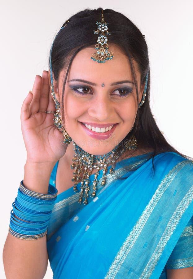 flickan hör indiskt tonårs- till att försöka royaltyfria bilder