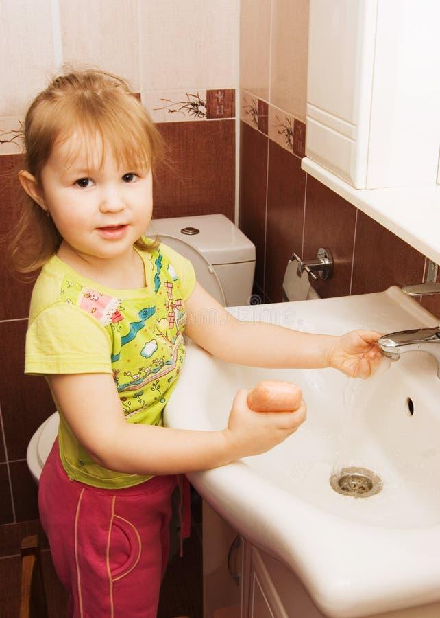 flickan hands little washes fotografering för bildbyråer