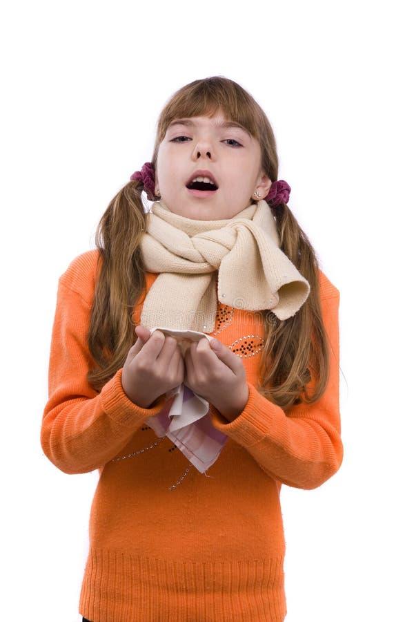 flickan har den sjuka nysa öm halsen arkivbild