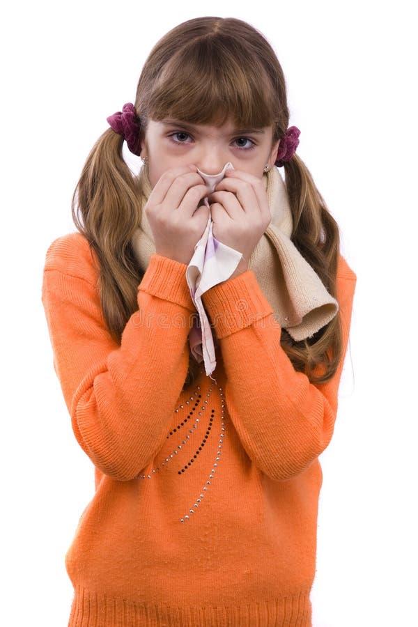 flickan har den sjuka nysa öm halsen royaltyfri bild