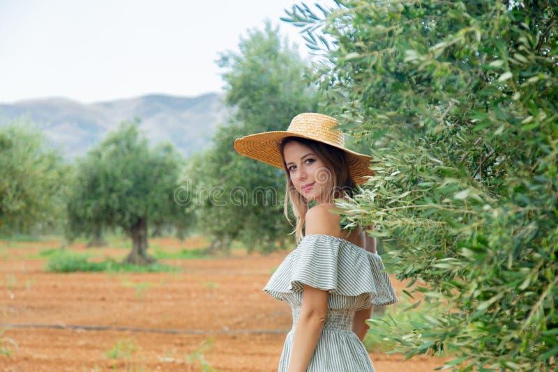 Flickan har en vila i grekisk olivträdgård royaltyfria bilder