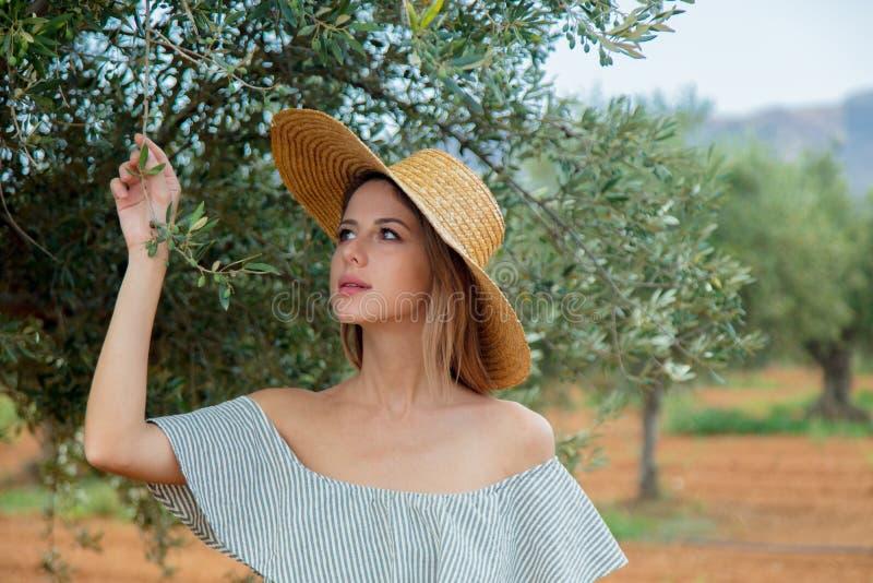 Flickan har en vila i grekisk olivträdgård royaltyfri foto