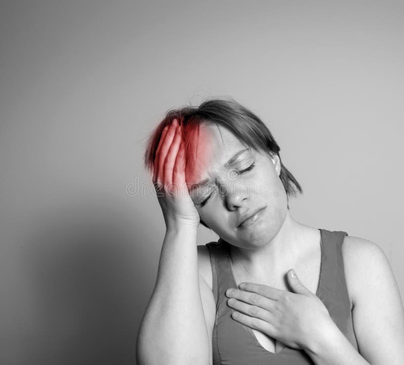 Flickan har ett huvud att smärta fotografering för bildbyråer