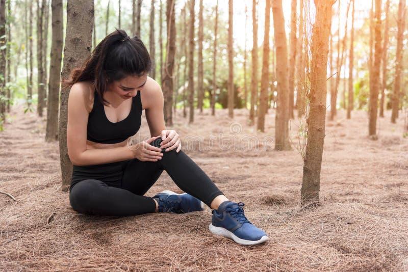 Flickan har sportolycksskada i skog p? det fria Sund och medicinbegrepp Aff?rsf?retag- och loppbegrepp S?rja tr?temat royaltyfri fotografi