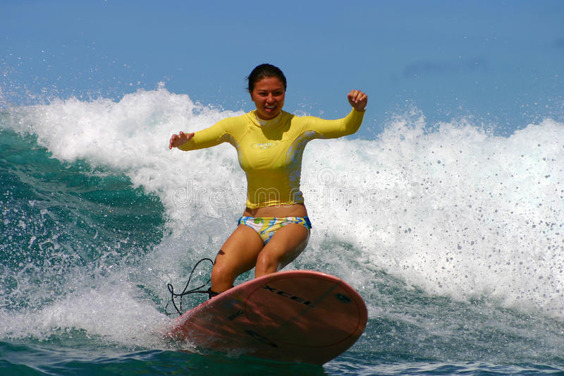 flickan hawaii kristen magelssen surfaren royaltyfri bild