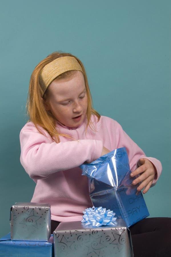 flickan henne little öppning presenterar red royaltyfri bild