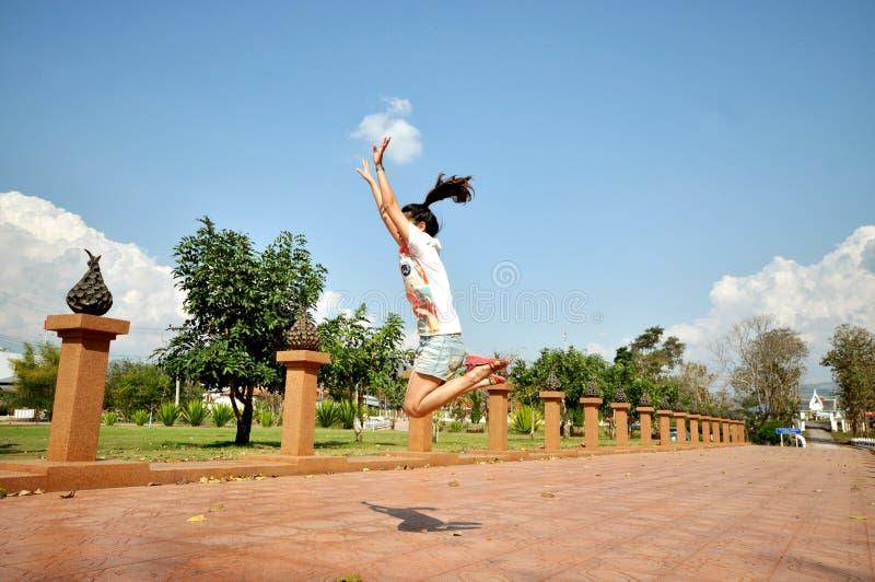 Flickan hoppar royaltyfria bilder