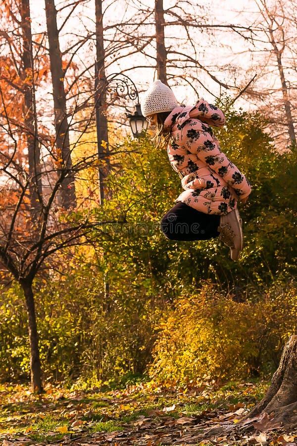 Flickan hoppar högt fotografering för bildbyråer