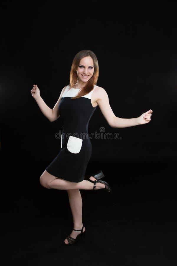 Flickan hoppar i klänning fotografering för bildbyråer