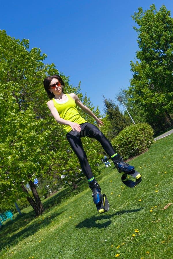 Flickan i banhoppning startar utomhus kondition fotografering för bildbyråer