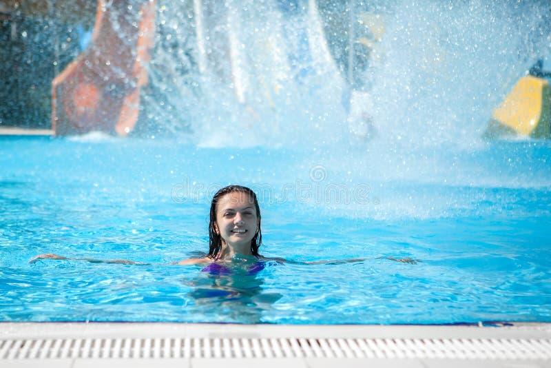 Flickan i bikinin som glider vatten, parkerar arkivbild