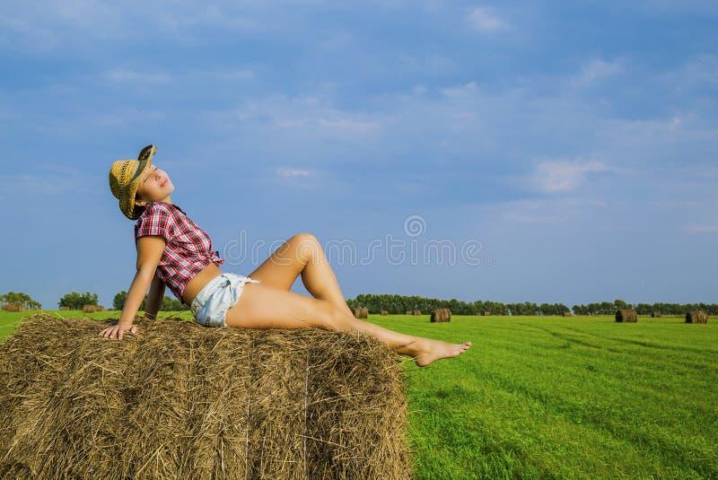Flickan i cowboyhatten fotografering för bildbyråer