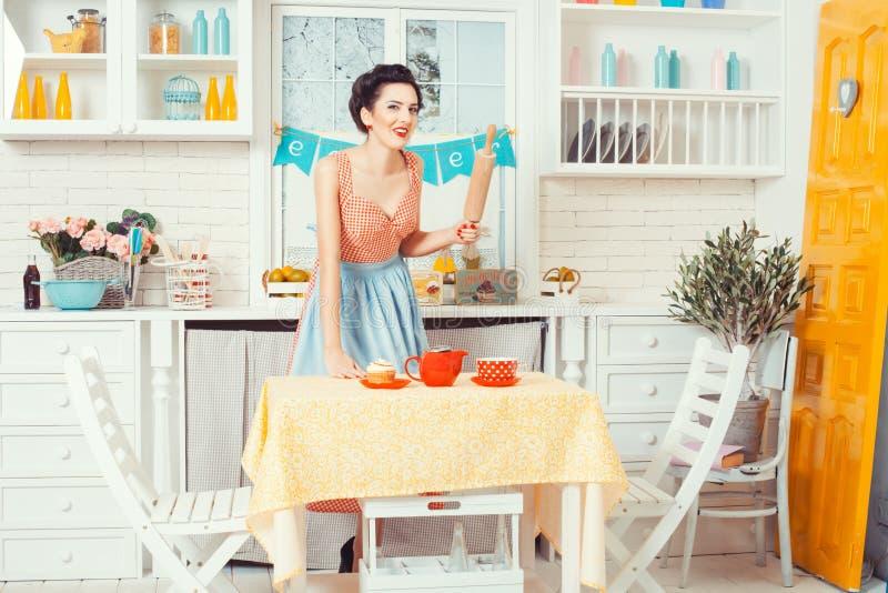 Flickan i den retro stilen för kök royaltyfri fotografi